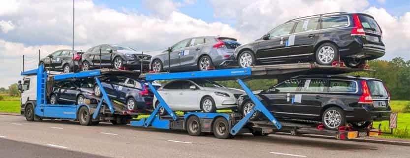 camión transportando coches